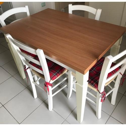 Composizione tavolo allungabile con quattro sedie da casa