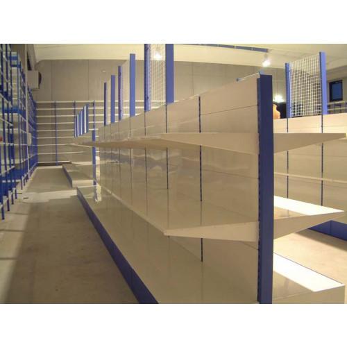 Scaffalatura di metallo per arredare negozi a centro for Lettere in metallo per arredare